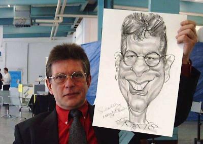 Glücklicher Gast hält seine eigene Karikatur in den Händen